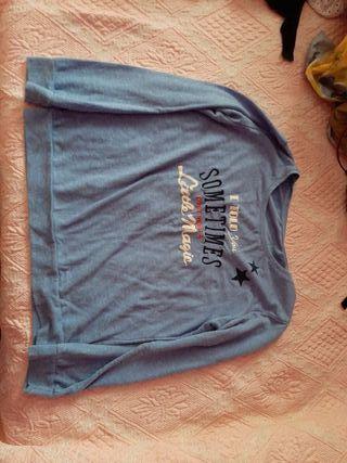 Camiseta azul cielo.