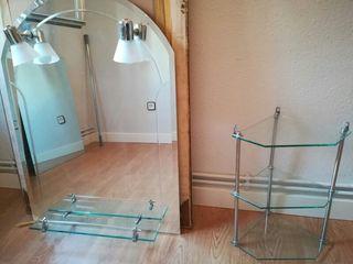 Espejo y estantería de baño