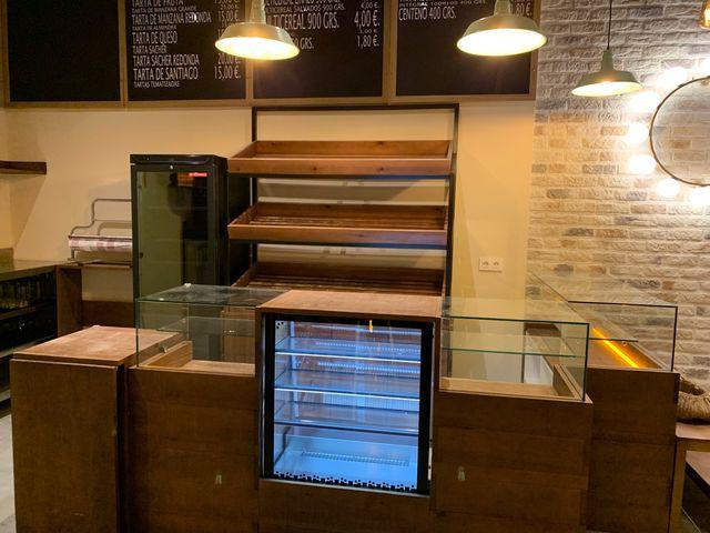 Mostrador y vitrina expositora de panaderia