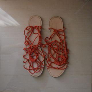 Sandalias planas con tiras d color rojo anaranjado
