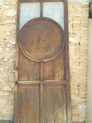 Puerta antigua de madera y cristal