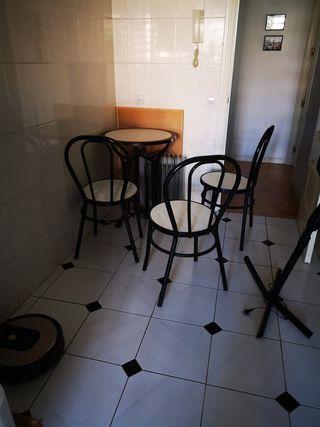 3 sillas y una mesa de terraza