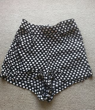 Pantalón corto lunares