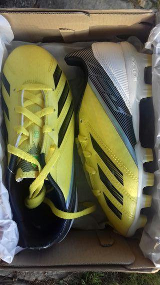 Botas de Fútbol Adidas.