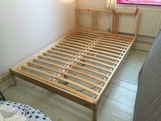 Cama doble de madera de Ikea con somier