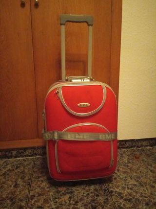 Maleta roja de ruedas para viaje.