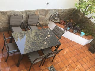 Conjunto jardín. Mesa, sillas y sombrilla