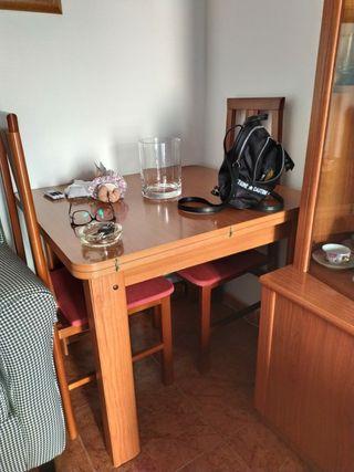 mesa+sillas+mueble con vitrina