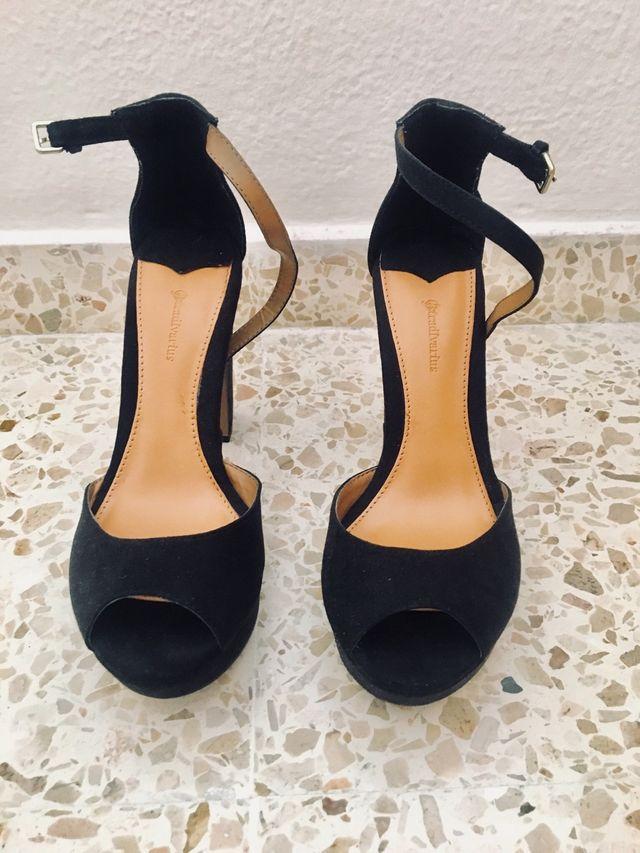 Zapatos de tacón ante negros. Stradivarius