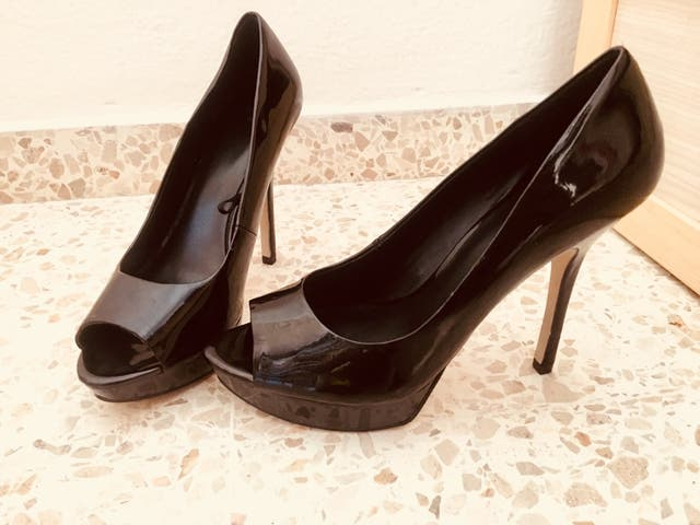 Zapatos de tacón charol negros. Mango
