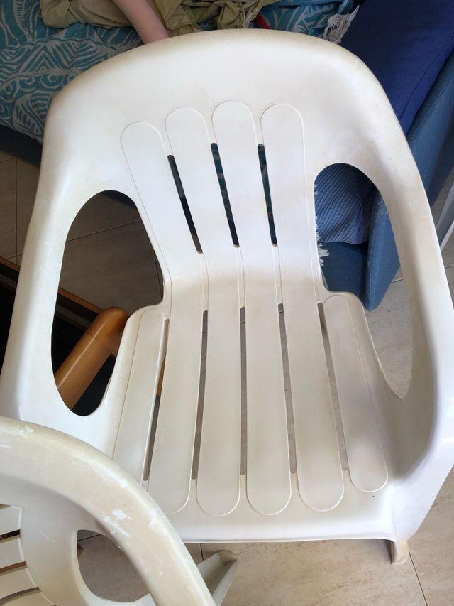 3 sillas de plástico duro