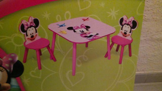 Mesa juegos Disney + 2 sillas