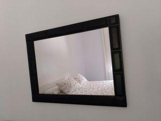 espejo rectangular con marco de madera color negro
