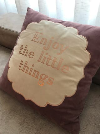 """Cojín """"enjoy the little things"""""""