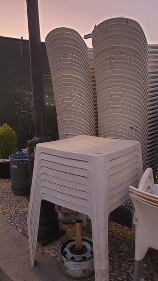 Silla y mesa de plastico duro