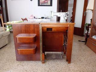 Máquina coser y bordar, mueble de madera.Funciona