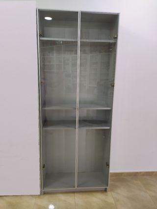 Vitrina estantería gris con puertas