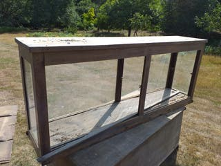 Estantería - mostrador de madera antiguo.