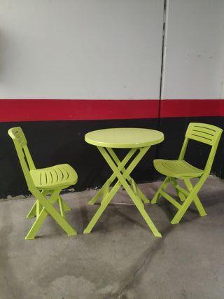 Mesa + Dos sillas