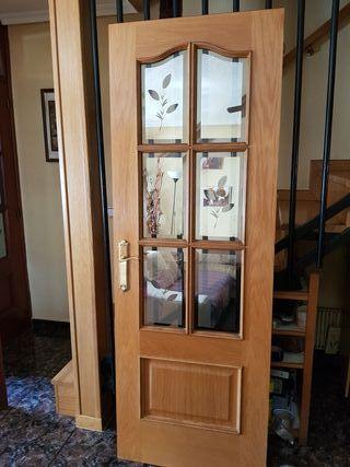 Puerta de madera con cristalera