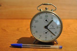 Reloj despertador mecanico de cuerda.