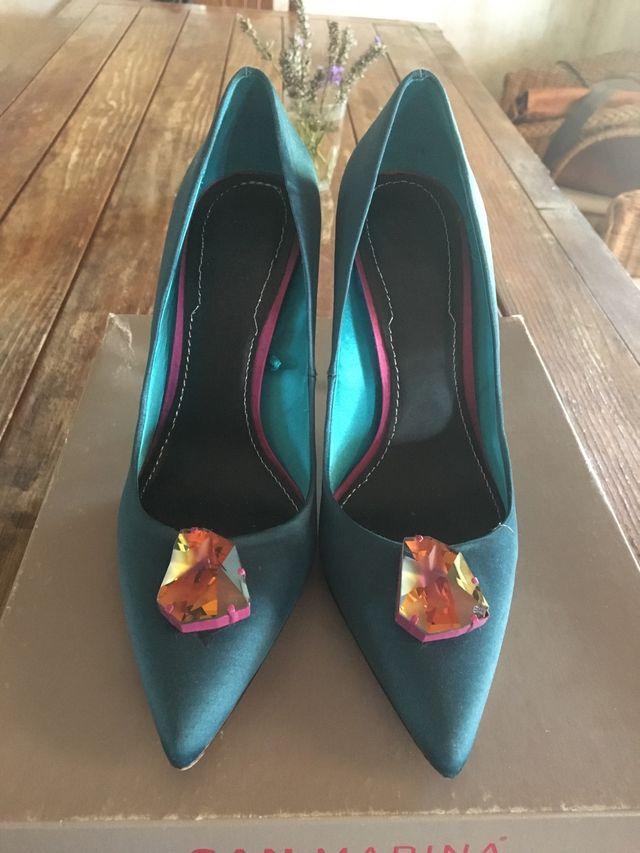 Zapatos de tacón en raso verde agua y piedra rosa