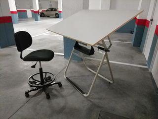 Mesa dibujo técnico, silla y paralex.