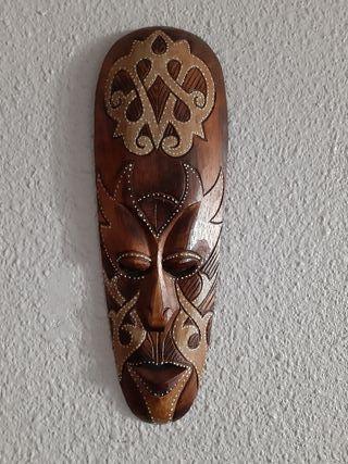 máscara tallada a mano de madera
