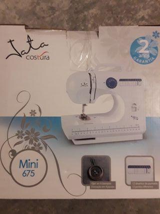 Máquina de coser marca Jata.