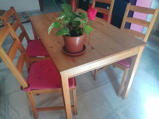 Mesa comedor + 4 sillas + cojines rosas.