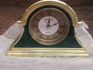 Reloj estilo mesilla