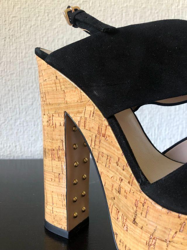 Sandalia plataforma ante tachas