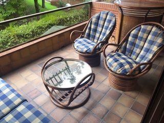 Sillón, sillas y mesa de jardín.