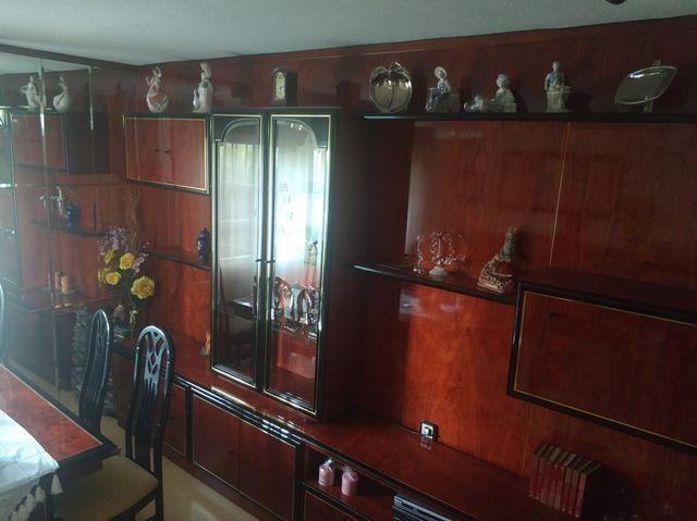 mesa y muebles salón, mural