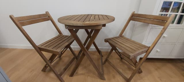 Sillas y mesa jardín madera