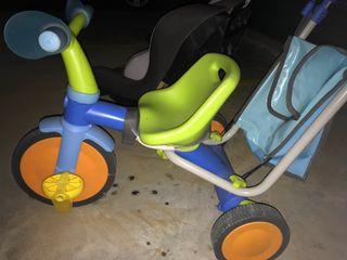 Paseador y triciclo al mismo tiempo.