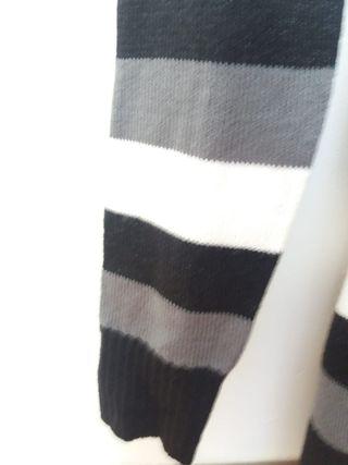Jersey de rayas blancas, negras, y grises