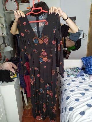 Vestido largo con estampado floral.