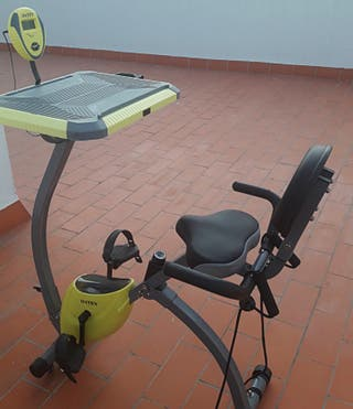 Bicicleta estática plegable con escritorio
