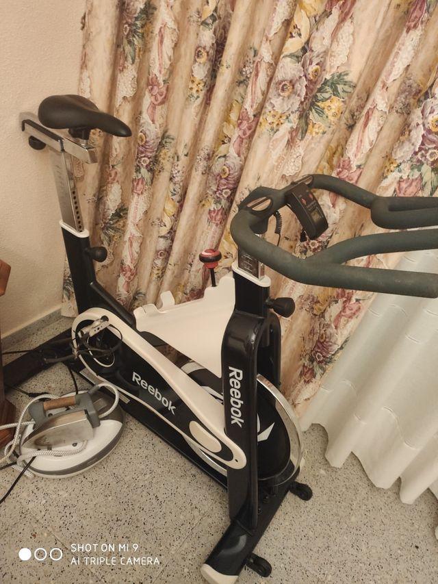 Bicicleta estática marca Reebok