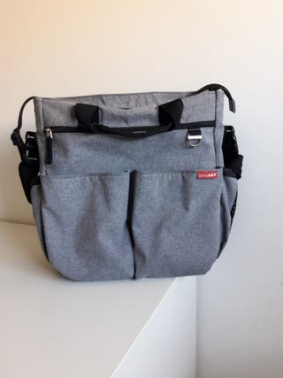 Bolso Skip Hop color gris
