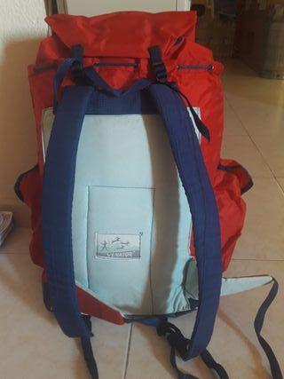 mochila acampada más cantimplora