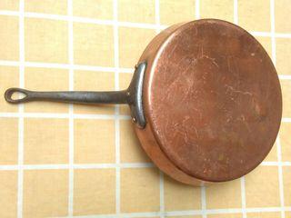 antigua sarten de cobre y mango de hierro forjado