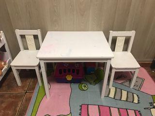 Mesa pequeña y dos sillitas