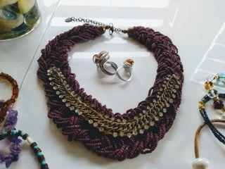 Bijoux: un collier, des bracelets et des bagues