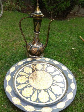 Dallah árabe con bandeja