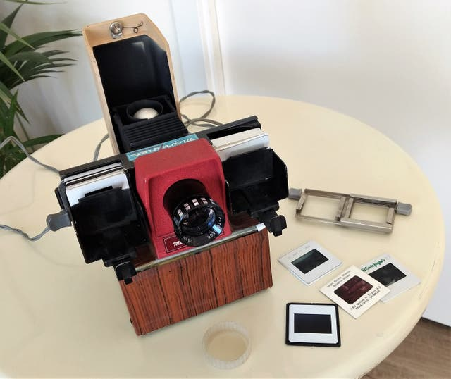 Antiguo proyector dispositivas y lote diapositivas