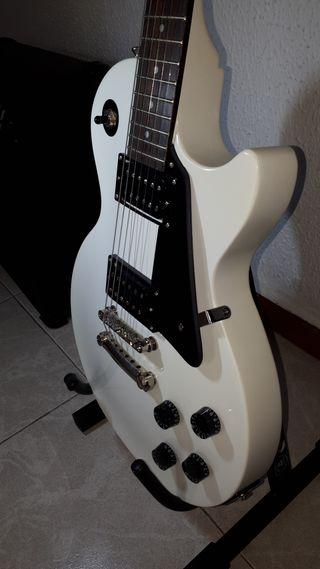 Guitarra eléctrica con amplificador y accesorios