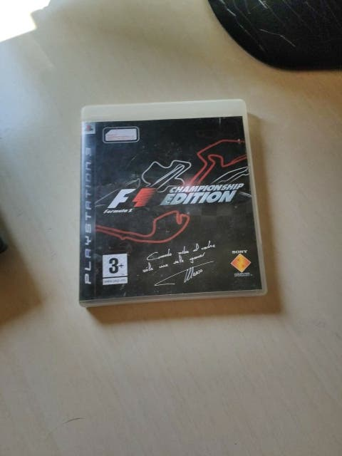 Consola PS3 con mando y juego fórmula 1