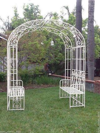 Arco de boda con banquetas